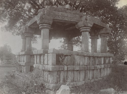 Side view of an unidentified ruined pillared hall or chhatri, Mau, Jhansi District